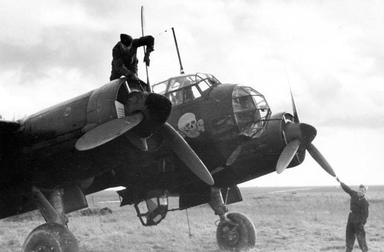 Бомбардировщик Junkers Ju-88 готовят к взлету. 1940 г.