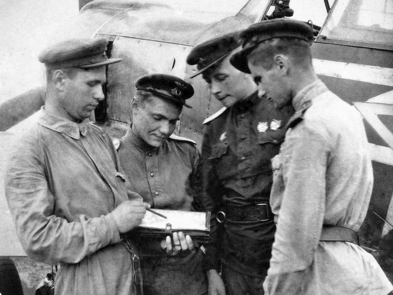 Командир 1-й эскадрильи 31-го истребительного авиационного полка старший лейтенант Н.М. Скоморохов (крайний слева). 1944 г.