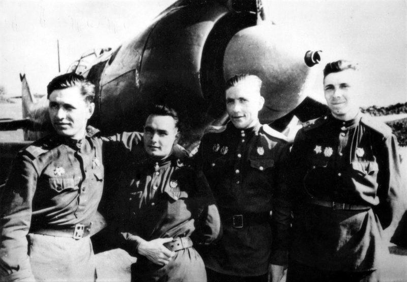 Старший лейтенант Скоморохов среди однополчан. 1944 г.