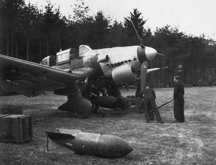Подвеска бомб на бомбардировщики Ju.87B 77-й эскадры Люфтваффе.