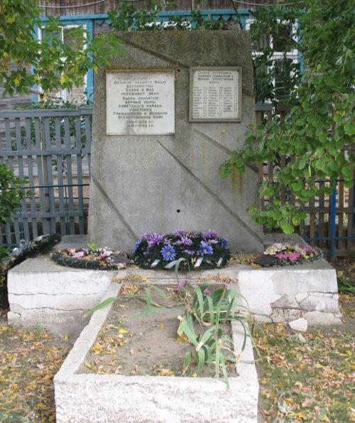 х. Писаревка Фроловского р-на. Братская могила участников гражданской войны и советских воинов, погибших во время Сталинградской битвы.