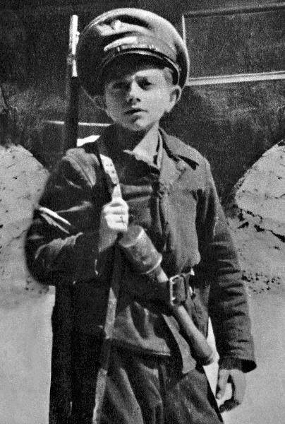 Дети-солдаты во время Варшавского восстания. 1944 г.