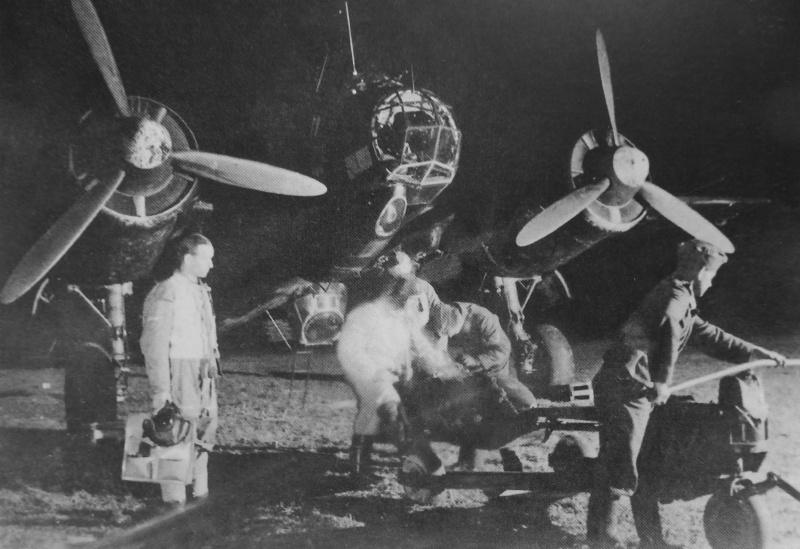 Оружейники подвешивают бомбы на бомбардировщик Junkers Ju-88. 1940 г.