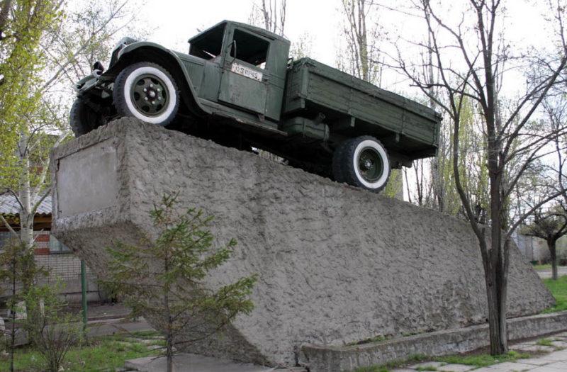 г. Волгоград, ст. Садовая. ЗИС-5 - памятник воинам-автомобилистам.