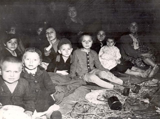 Дети в день освобождения в концлагере Ламбах. Aвстрия, 1945 г.