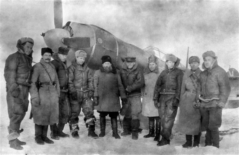 Казаки 5-го Донского гвардейского кавалерийского корпуса в гостях у лётчиков 31-го истребительного авиационного полка. Шестой слева - командир эскадрильи Н.М. Скоморохов. 1945 г.
