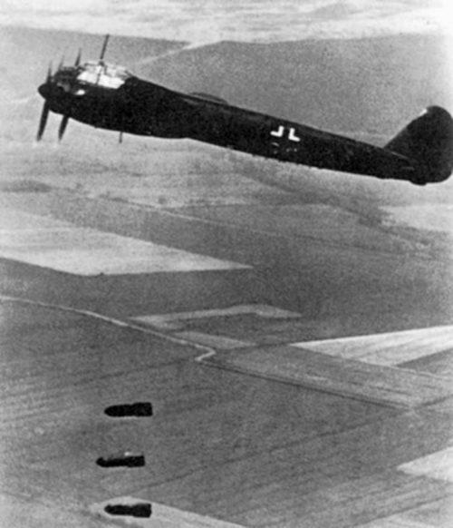 Бомбардировщик Junkers Ju-88A сбрасывает бомбы SC 250. 1940 г.