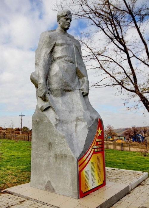 х. Пятиизбянский Калачевского р-на. Памятник, установленный на братской могиле, в которой похоронено 58 советских воинов.