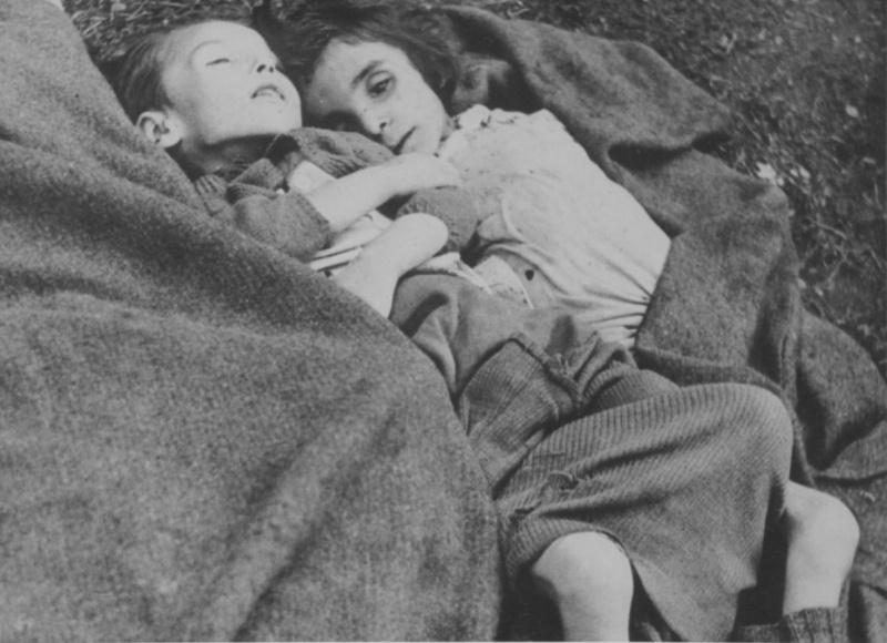 Тела детей-узников в концлагере Берген-Бельзен. Германия, 1945 г.