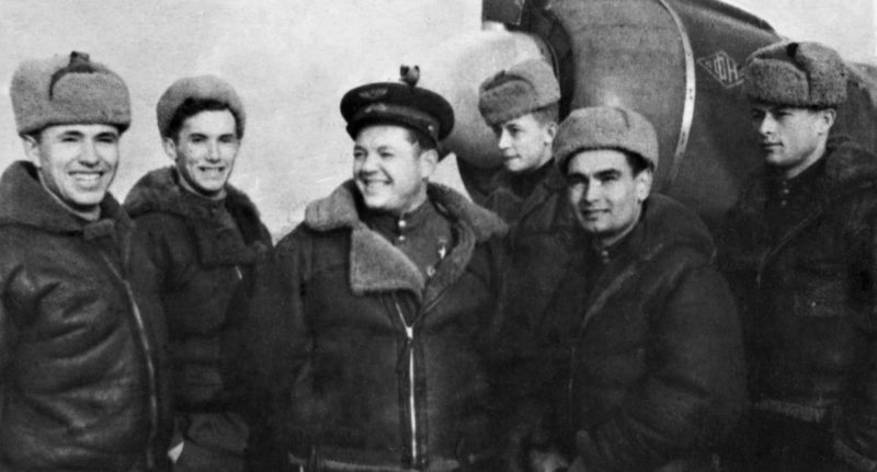 Майор Скоморохов среди однополчан. 1945 г.