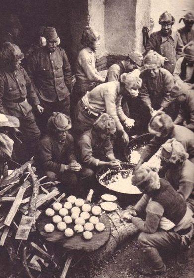Солдаты в полевых условиях готовят пищу. Новая Гвинея, август 1942 года.