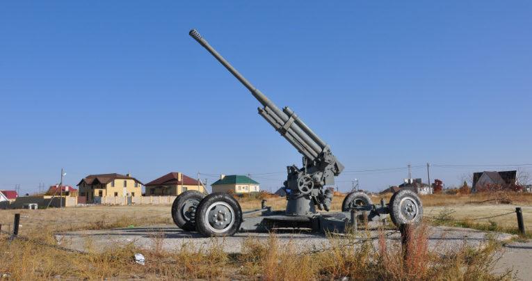 п. Городище. Зенитное орудие, установленное в честь зенитчиков-защитников Сталинграда.