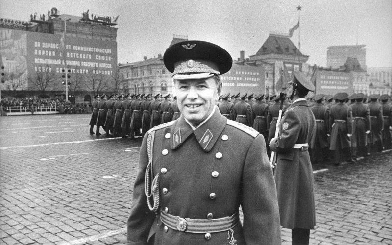Генерал-полковник авиации Скоморохов на военном параде в честь 57-й годовщины Октябрьской революции на Красной площади в Москве. 1974 г.