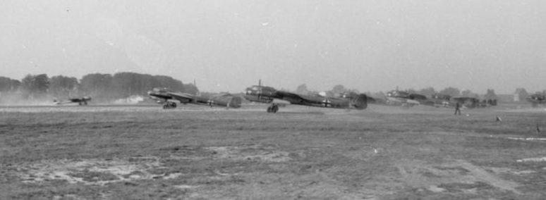 Бомбардировщики Dornier Do-17 взлетают с аэродрома в Бельгии. 1940 г.