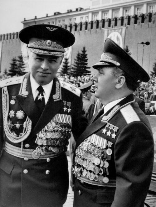 Маршалы авиации Иван Кожедуб (справа) и Скоморохов на Красной площади. 1985 г.