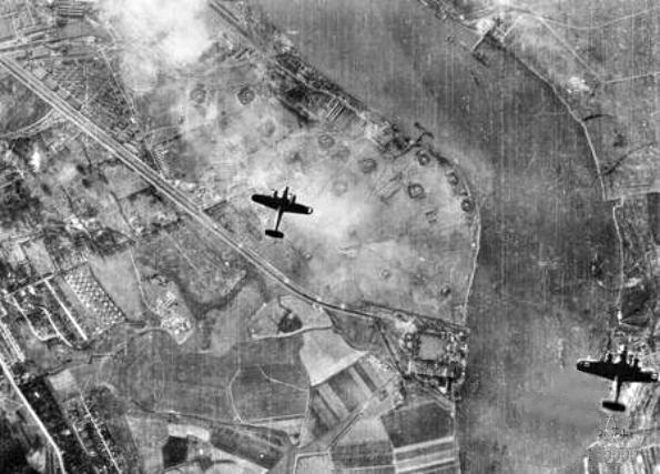 Бомбардировщики Dornier Do-17Z над рекой Темза близ Королевского арсенала в Вулидже. 1940 г.