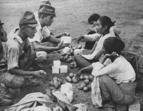 Солдаты японской армии покупают еду у местных жителей. Бирма 1942 г.