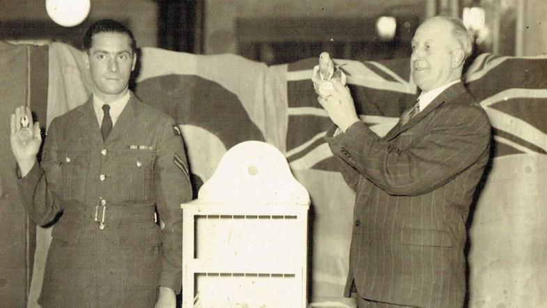 Голубка «Принцесса» получает медаль Марии Дикин за совершенный 800-км беспосадочный перелет в 1941 году.