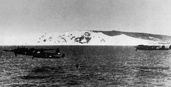 Бомбардировщики Dornier Do-17Z в полете над Ла-Маншем. 1940 г.
