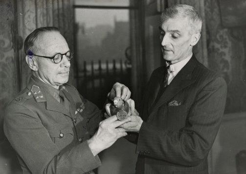 Голубь «Томми» награжден медалью Дикин за выдающуюся военную службу.
