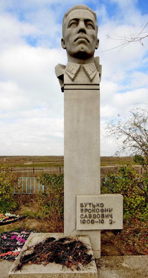 х. Светлый Лог Калачевского р-на. Братская могила, в которой похоронено 5 советских воинов, погибших во время Сталинградской битвы.