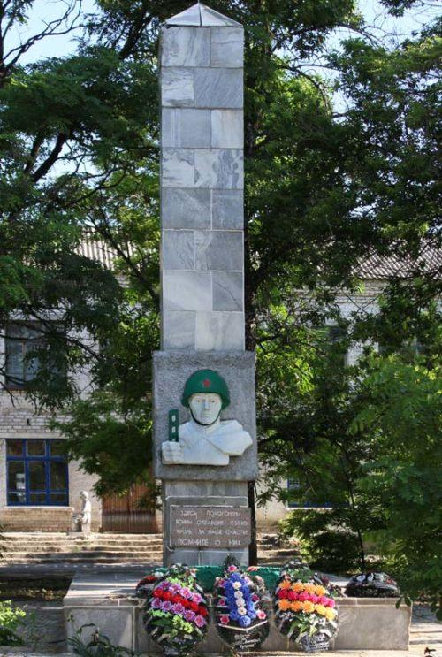 п. Басакин Чернышковского р-на. Братская могила воинов, погибших в дни Сталинградской битвы.