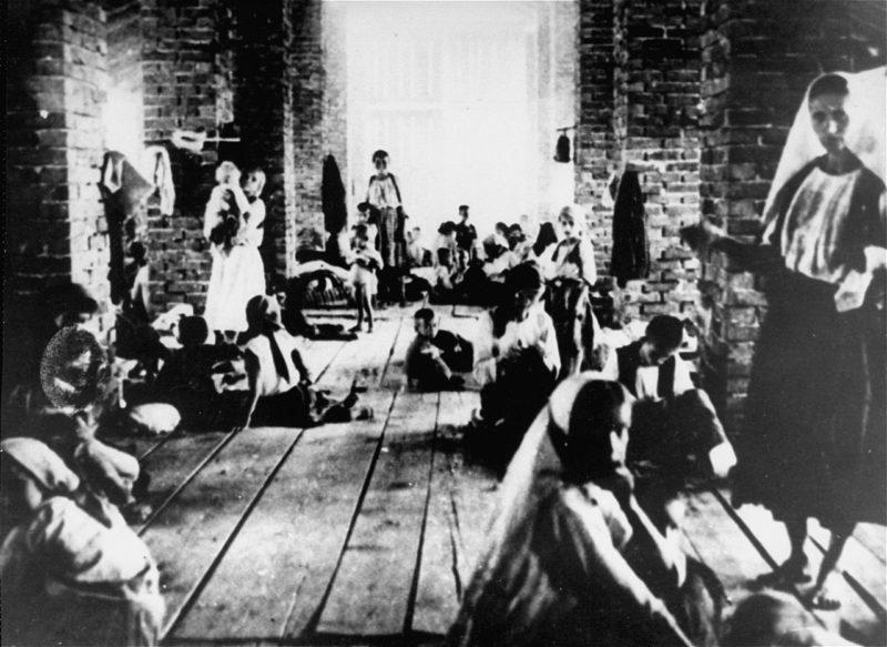 Матери и дети в заключении в башне концлагеря в Градишке. Хорватия, 1942 г.