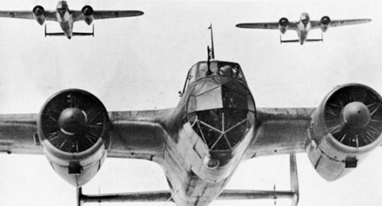 Звено немецких бомбардировщиков Do-17Z на пути в Великобританию. 1940 г.