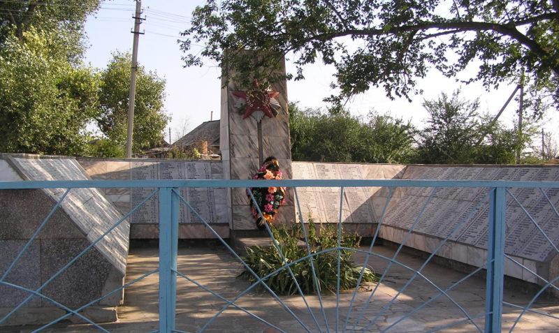 п. Западновка Городищенского р-на. Памятник, установленный в 1962 году на братской могиле, в которой захоронено 1069 советских воинов, в т.ч. 82 неизвестных.