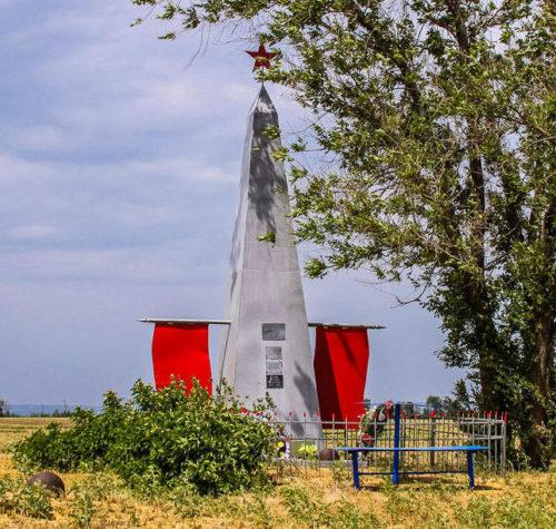 Казачий Курган Городищенского р-на. Братская могила, в которой захоронено 744 советских воина, в т.ч. 495 неизвестных.