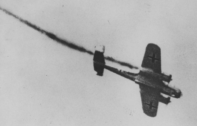 Падение подбитого немецкого бомбардировщика Do-17. 1940 г.