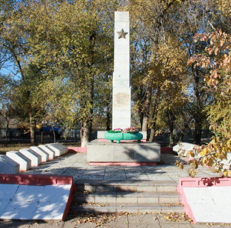 х. Верхнегнутов Чернышковского р-на. Мемориал, установленный в 1974 году в честь погибших воинов-земляков.