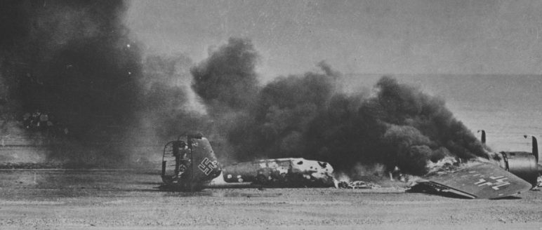 Догорающий в полосе прибоя немецкий бомбардировщик Do-17. 1940 г.