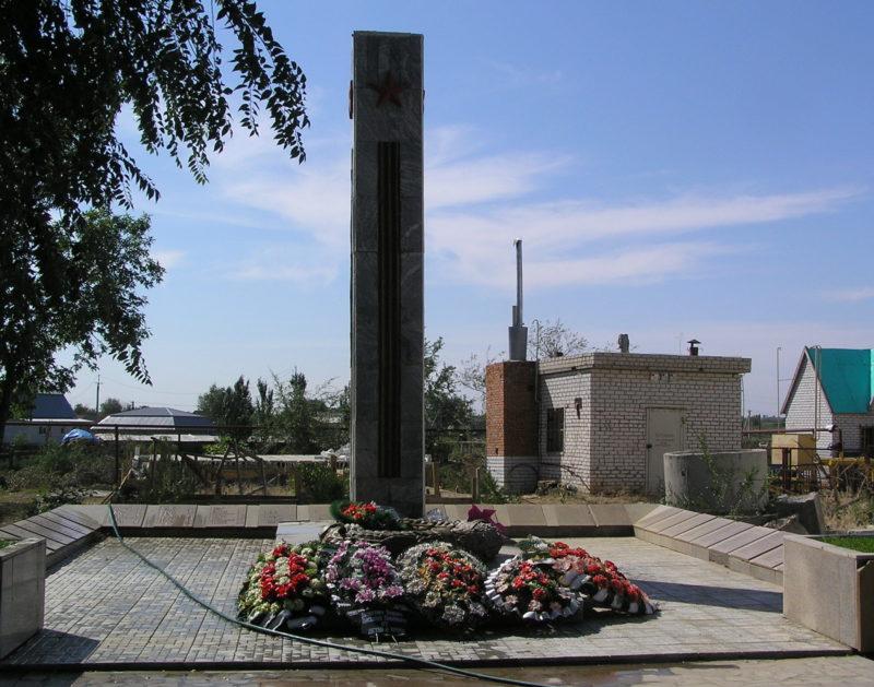 с. Карповка Городищенского р-на. Могила неизвестного солдата с мемориальными плитами погибшим землякам.