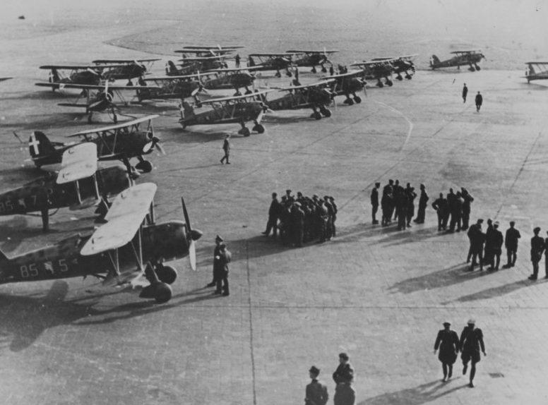 Истребители Fiat CR-42 «Falco» 85-й эскадрильи 18-й авиагруппы итальянских Королевских ВВС на аэродроме авиабазы Урсель в Бельгии.