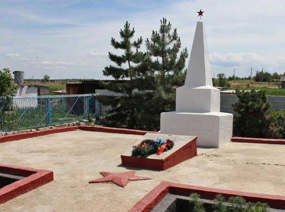 х. Водяновский Чернышковского р-на. Памятник, установленный на братской могиле, в которой похоронено 178 советских воинов.