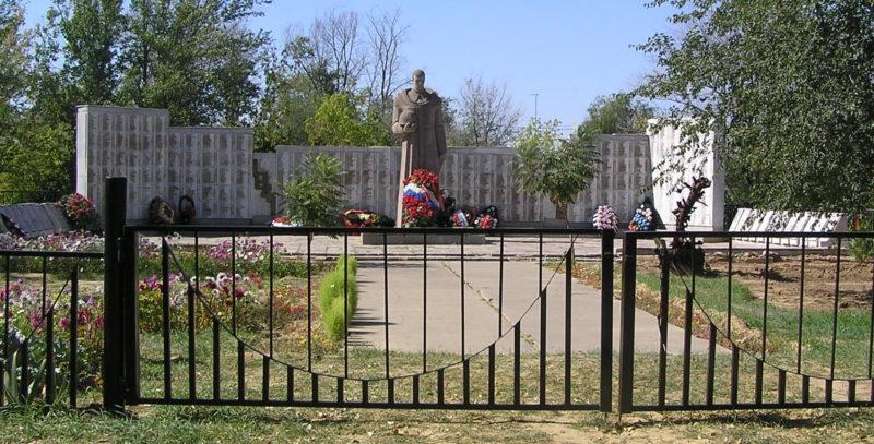 п. Котлубань Городищенского р-на. Мемориал, установленный на братской могиле, в которой захоронено 2808 советских воинов-защитников Сталинградской земли.