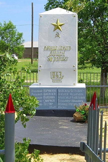 х. Волоцкий Чернышковского р-на. Памятник, установленный на братской могиле, в которой похоронено 10 советских воинов.