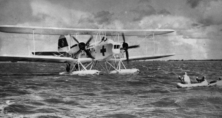Немецкий гидросамолет He-59 спасает экипаж, сбитый на Ла-Маншем бомбардировщика. 1940 г.