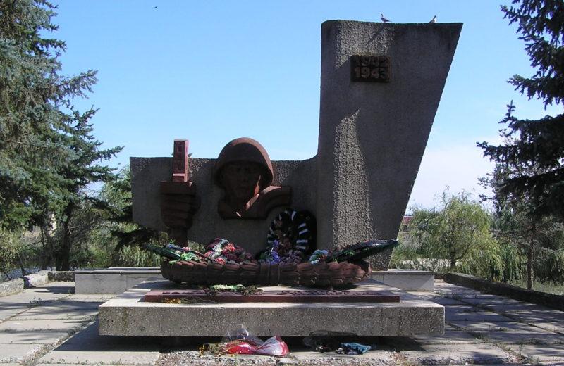 п. Кузьмичи Городищенского р-на. Памятник, установленный на братской могиле советских воинов, погибших во время Сталинградской битвы.