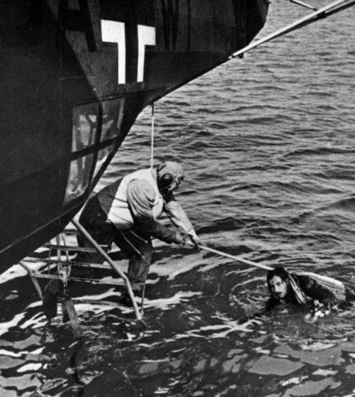 Экипаж гидросамолета He-59 занимается спасением сбитого немецкого летчика. 1940 г.
