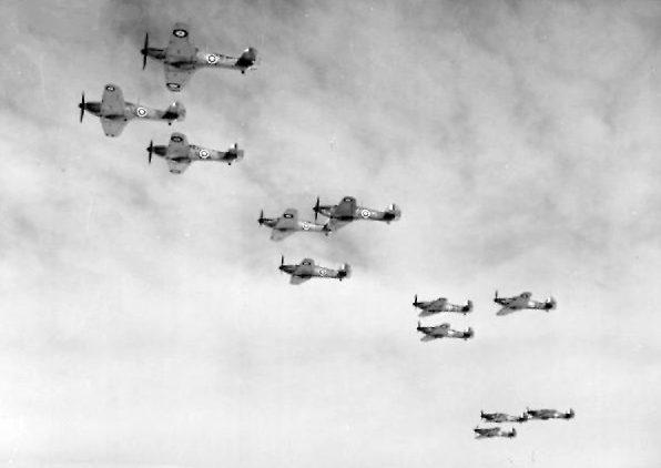 Истребитель Hawker Hurricane Mk.Ss из 85-й эскадрильи RAF в полете. Октябрь 1940 г.