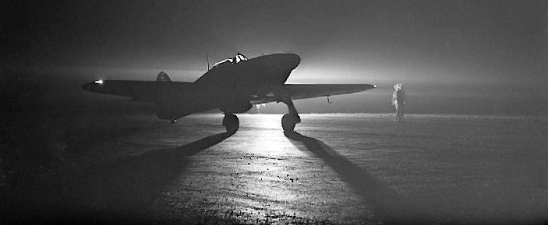 Истребитель Hawker Hurricane Mark-I во время ночного взлета. 1940 г.