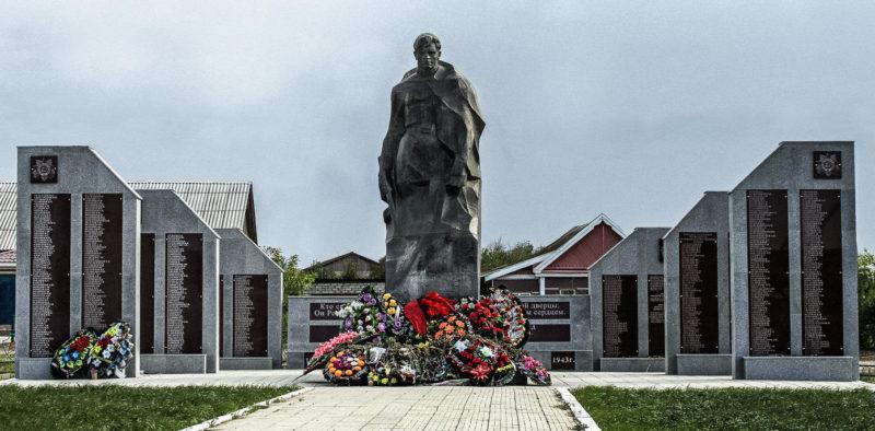 п. Новый Рогачик Городищенского р-на. Братская могила, в которой захоронено 343 советских воина и памятник Николаю Сердюкову.