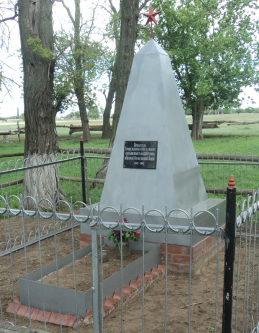 х. Комаров Чернышковского р-на. Памятник, установленный в 1962 году на братской могиле советских воинов, погибших во время Сталинградской битвы.