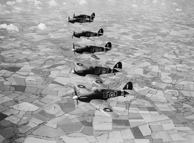 Истребители Hurricane Mk-IIBs в полете. Августа 1940 г.
