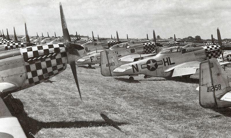 Три эскадрильи (82-я, 83-я и 84-я) истребителей P-51D на аэродроме Даксфорд. 1940 г.