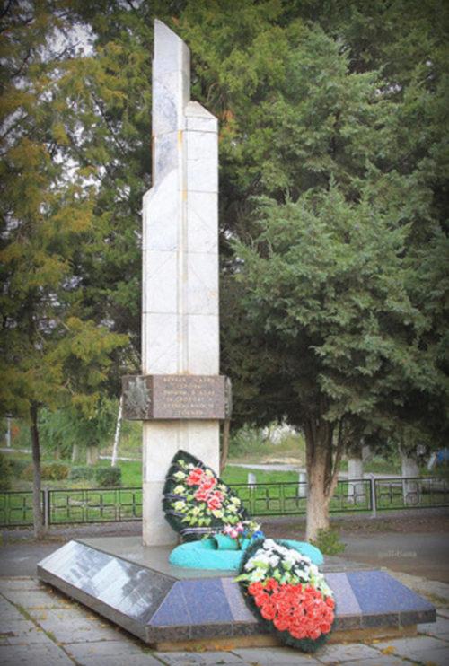 п. Новожизненский Городищенского р-на. Памятник, установленный на братской могиле, в которой похоронено 17 советских воинов, погибших в 1942-1943 годах.