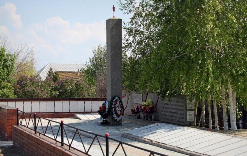 с. Орловка Городищенского р-на. Памятник, установленный на братской могиле, в которой захоронено 2967 советских воинов, в т.ч. 52 неизвестных.