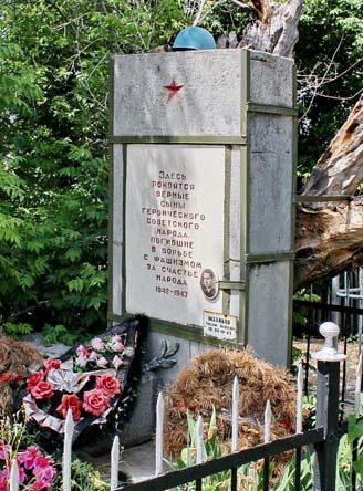 х. Морской Чернышковского р-на. Памятник, установленный на братской могиле, в которой похоронено 7 партизан, погибших в декабре 1942 года.